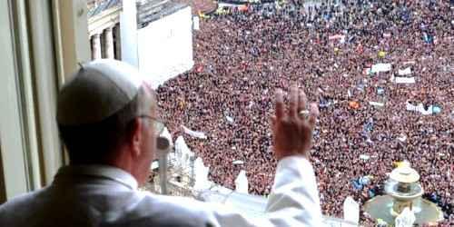 Premier-angelus du Pape Francois avec la place Sainnt Pierre noire (ou rouge?) de monde