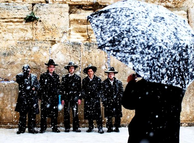 Orthodoxes juifs au mur des lamentations sous la neige